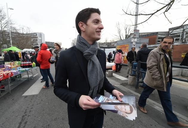 Un militant du mouvement En Marche! venu tracter pour Emmanuel Macron le 2 février 2007 sur un marché à Toulouse