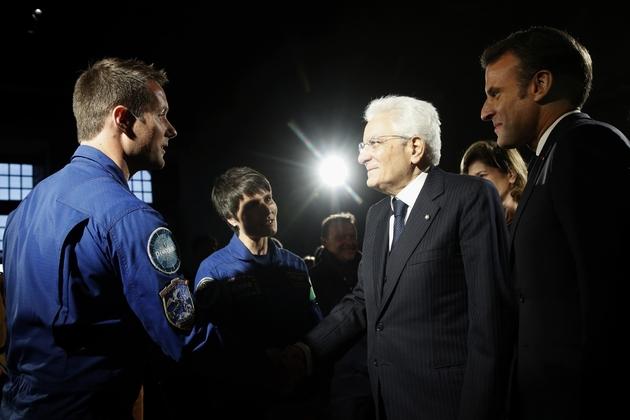 Le président italien Sergio Mattarella et son homologue français Emmanuel Macron rencontre les astronautes Thomas Pesquet et Samantha Cristoforetti au cours de commémorations du 500e anniversaire de la mort de Léonard de Vinci à  Chambord, en France