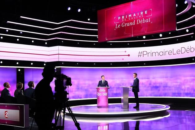 Benoît Hamon et Manuel Valls sur le plateau du débat à La Plaine-Saint-Denis le 25 janvier 2017