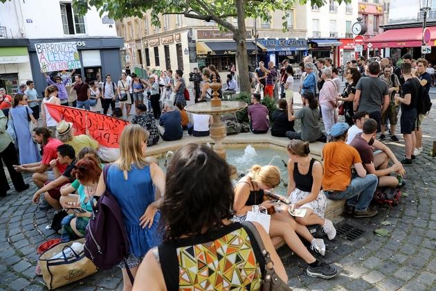 Des personnes manifestent à Paris place de la Contrescarpe, là où l'ex-collaborateur de l'Elysée, Alexandre Benalla, avait été filmé molestant deux manifestants, le 27 juillet 2018