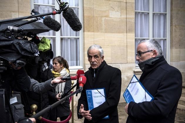 Le président de la CFTC Philippe Louis (c) fait une déclaration à la presse à l'issue de la réunion à Matignon, le 11 janvier 2019 à Paris
