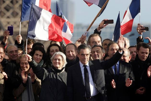 Le candidat LR à la présidentielle François Fillon (d), au côté de son épouse Penelope Fillon, sur la place du Trocadéro à Paris, le 5 mars 2017