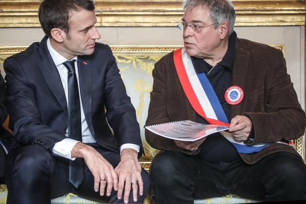 Le président Emmanuel Macron (g) et Vanik Berberian (d), président de l'Association des maires ruraux de France, lors d'une réunion à l'Elysée, le 14 janvier 2019 à Paris