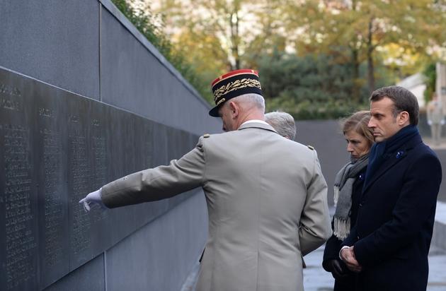 Emmanuel Macron devant le mur où sont inscrits les noms des 549 militaires tombés en opérations extérieures, le 11 novembre 2019 à Paris