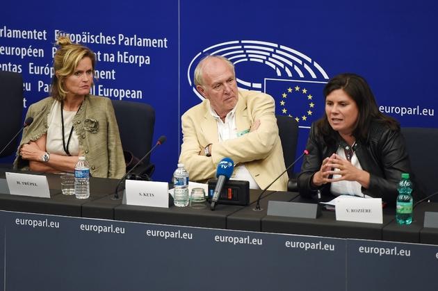 Les parlementaires européennes Helga Trupel (à gauche) et Virginie Rozière (à droite) et le journaliste de l'AFP Sammy Ketz (au centre) s'expriment sur la réforme des droits à Strasbourg (France) le 11 septembre 2018.