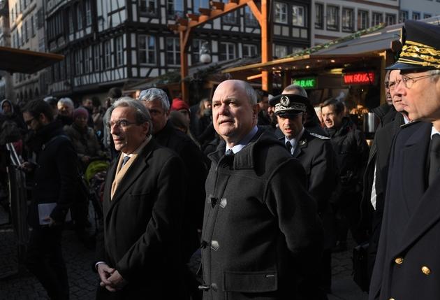 Le ministre de l'Intérieur Bruno Le Roux (C) accompagné du  maire Roland Ries (G) le 20 décembre 2016 sur la marché de Noël à Strasbourg