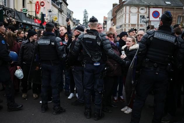 Les forces de l'ordre face aux manifestants rassemblés à Grand Bourgtheroulde, le 15 janvier 2019