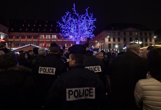Des policiers patrouillent sur le marché de Noël de Strasbourg, le 25 novembre 2016
