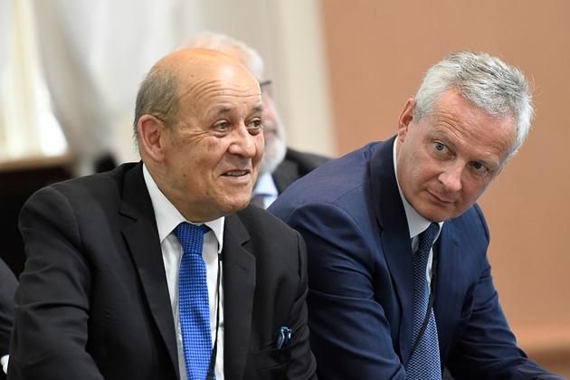Les ministres des Affaires étrangères Jean-Yves Le Drian (G) et de l'Economie Bruno Le Maire au sommet du G7 à Biarritz le 26 août 2019