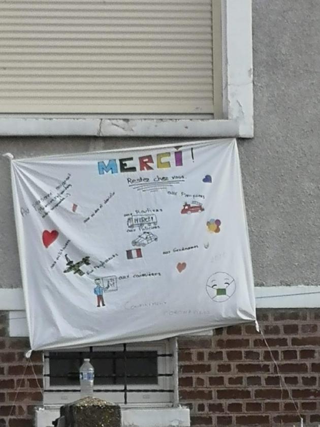 Des habitants d'Agnetz (Oise) remercient ceux qui luttent contre le Covid-19