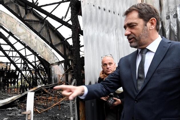 Le ministre de l'Intérieur Christophe Castaner en visite à Chanteloup-les-Vignes (Yvelines) le 5 novembre 2019, trois jours après l'incendie d'une école du cirque