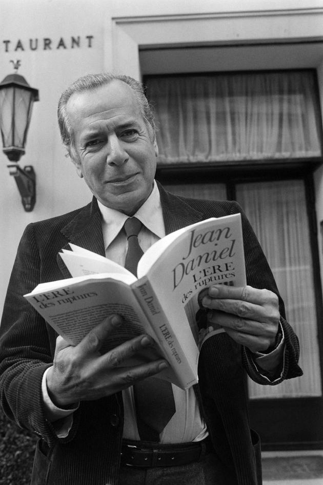 """Le journaliste Jean Daniel avec l'un de ses livres """"L'ère des ruptures"""", le 10 octobre 1979 à Paris"""