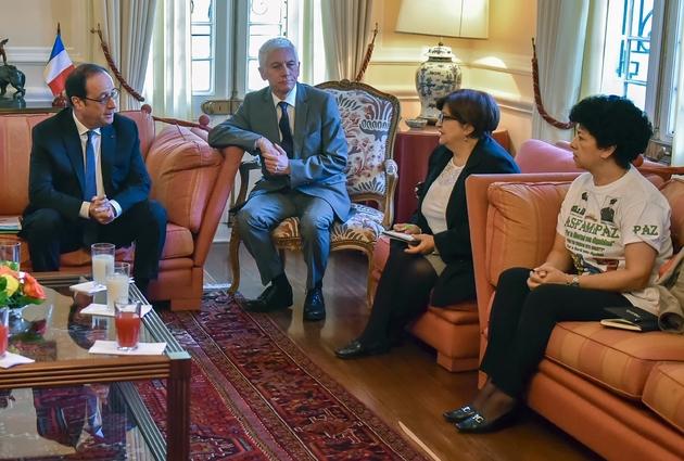 Le président François Hollande s'entretient avec Gloria Gomez et Merleny Orjuela, des proches de disparus du conflit armé colombien, en présence de l'ambassadeur Jean Marc Laforet, le 27 janvier 2017 à Bogota