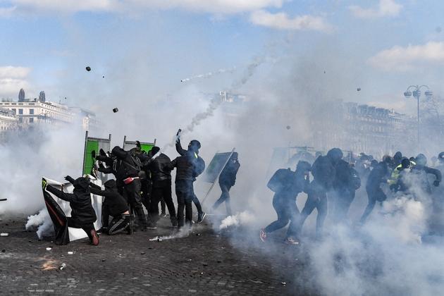 """Heurts entre """"gilets jaunes"""" et forces de police, le 16 mars 2019 sur les Champs-Elysées, à Paris"""