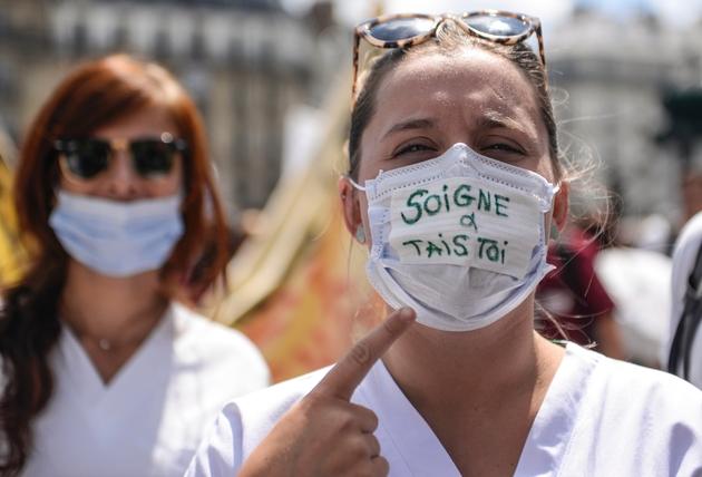 Des personnels hospitaliers manifestent place Montparnasse à Paris le 6 juin 2019