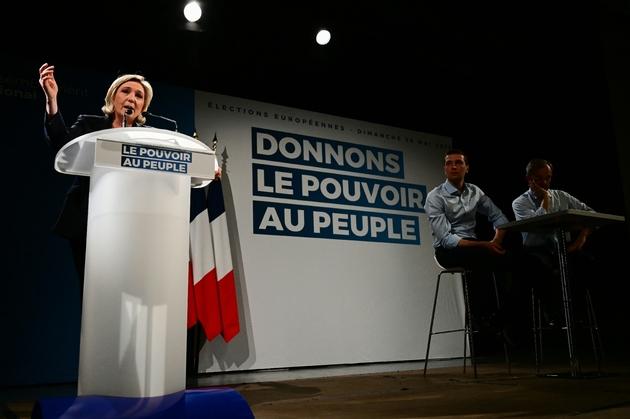 Marine Le Pen, président du Rassemblement National (RN), Jordan Bardella (c) et Thierry Mariani, candidats aux élections européennes, lors d'un meeting, le 22 mars 2019 à Roquevaire, dans les Bouches-du-Rhône