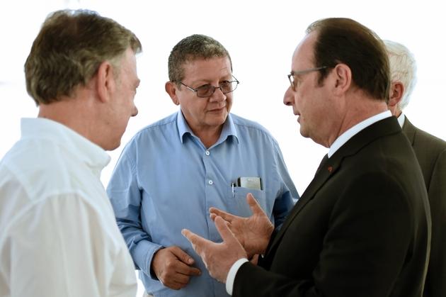 Le président François Hollande (D) accompagné de son homologue colombien Juan Manuel Santos (G) s'entretient avec  un représentant des Farc, Pablo Catatumbo, lors d'une visite dans un camp de désarmement des Farc, le 24 janvier 2017 à Caldono en Colombie