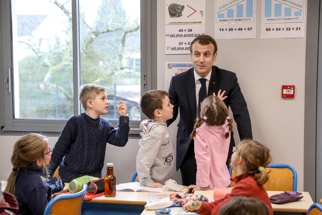 Emmanuel Macron lors d'une visite surprise dans une école de Saint-Sozy, près de Souillac, le 18 janvier 2019