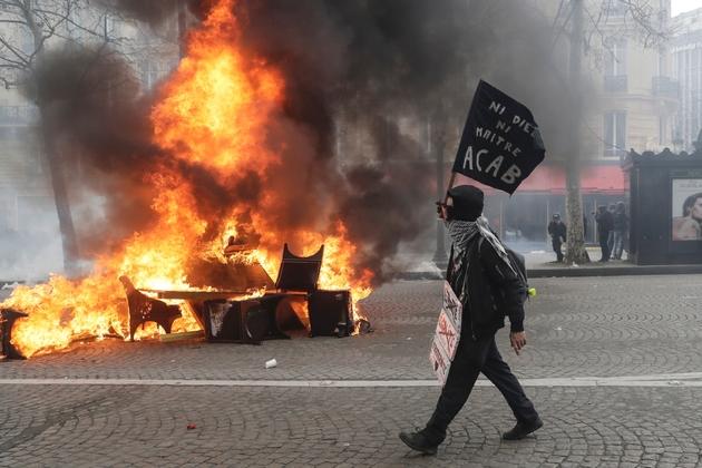 """Des barricades en feu sur les Champs-Elysées lors d'une manifestation de """"gilets jaunes"""" à Paris, le 16 mars 2019"""