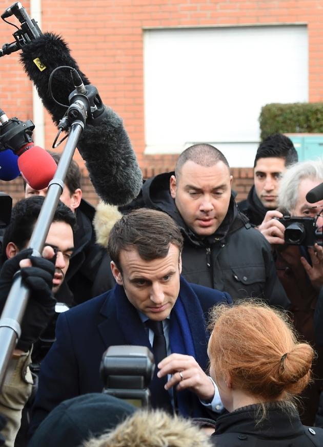 Emmanuel Macron lors d'une visite dans une école maternelle le 14 janvier 2017 à Dombrowski d'Hellesmes dans le nord de Lille