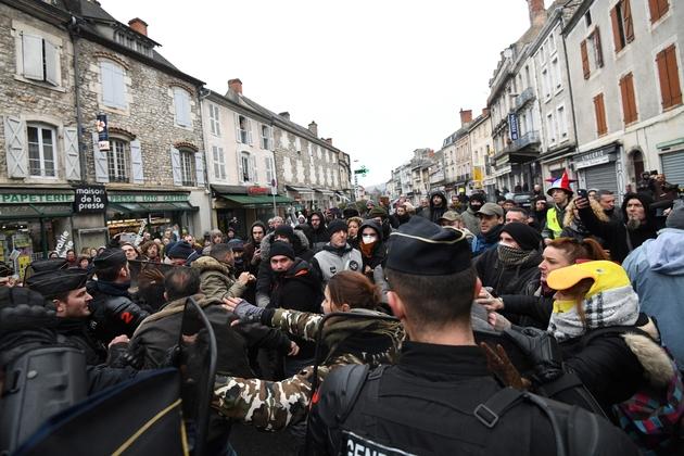 Heurts entre forces de l'ordre et manifestants à Souillac dans le Lot avant l'arrivée d'Emmanuel Macron, le 18 janvier 2019