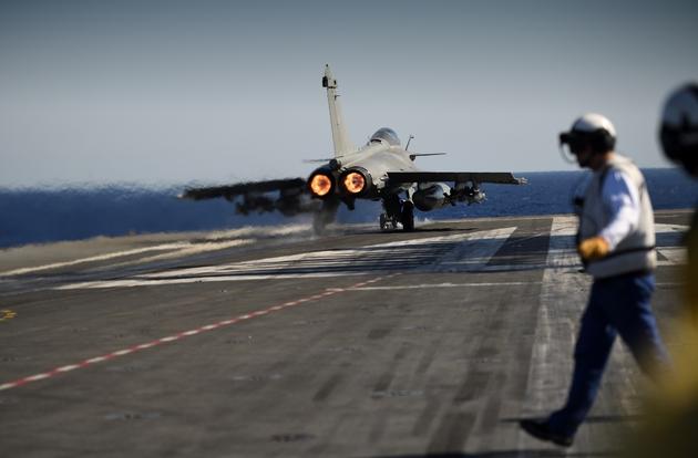 Le porte-avions Charles de Gaulle, en Méditerranée le 2 octobre 2016