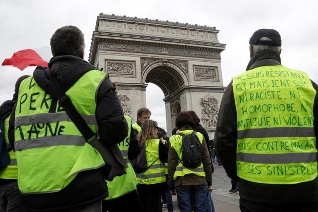 """Des """"gilets jaunes"""" rassemblés au pied de l'Arc de Triomphe, le 16 amrs 2019 à Paris"""