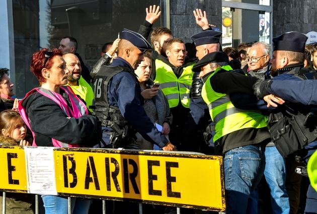 """Policiers évacuant des manifestants en gilet jaune à Albert (Somme), avant l'arrivée du président Macron, le 9 novembre 2018 lors des commémorations du centenaire de la Grande Guerre. Les """"gilets jaunes"""" protestent notamment contre la hausse des prix du"""