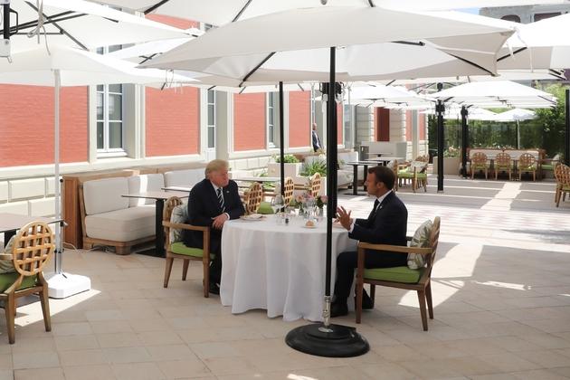 Le président Emmanuel Macron et son homologue américain Donald Trump lors d'un déjeuner à l'Hôtel du Palais, le 24 août 2019 à Biarritz