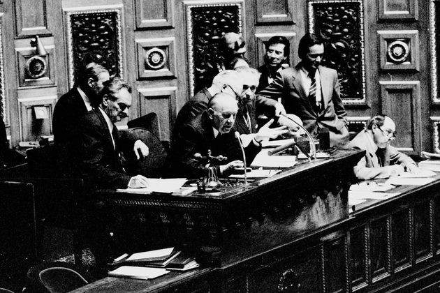 Le président Alain Poher au plateau, le 29 avril 1982