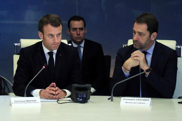 Emmanuel Macron (G) présidant une réunion de crise avec le ministre de l'Intérieur Christophe Castaner (D), au ministère de l'Intérieur à Paris, le 16 mars 2019