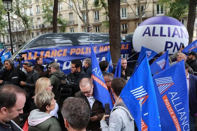 Des membres du syndicat policier Alliance manifestent devant le siège du parti La France Insoumise le 26 septembre 2019