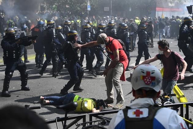 """Affrontements entre manifestants et forces de l'ordre lors de l'acte 23 des manifestations des """"gilets jaunes"""", le 20 avril 2019 à Paris"""