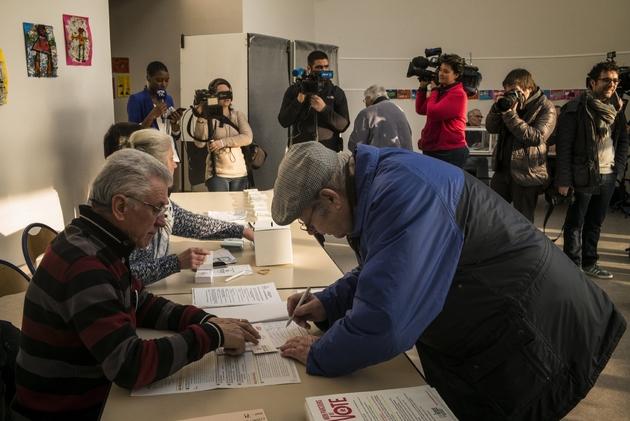 Un électeur vote au premier tour de la primaire élargie du PS au Montret, dans l'est de la France