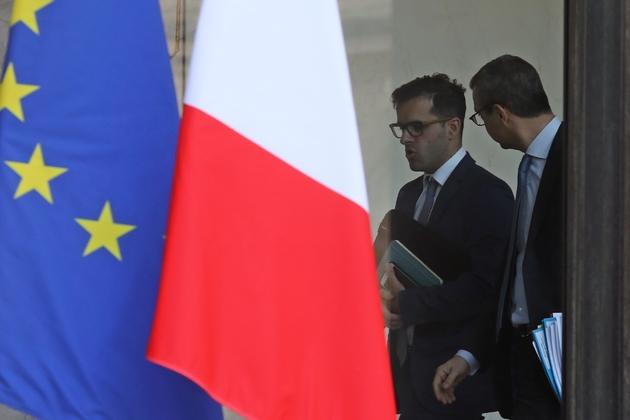 """Ismaël Emelien, le """"conseiller spécial"""" d'Emmanuel Macron (g), parle avec le secrétaire général de l'Elysée Alexis Kohler, le 17 janvier 2018 à l'Elysée"""