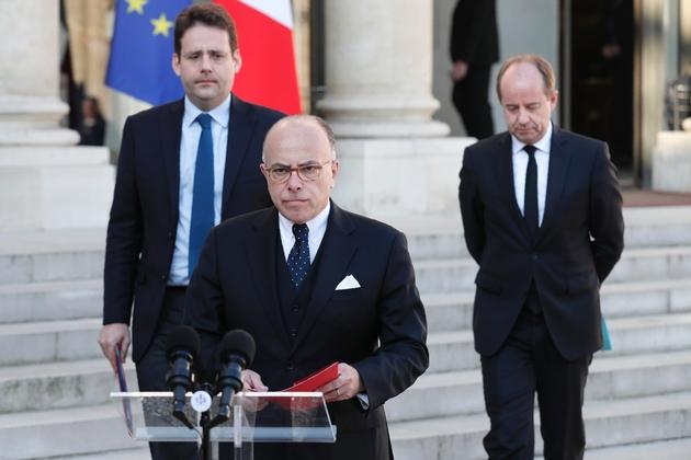 Bernard Cazeneuve s'exprime après le conseil de défense à l'Elysée le 21 avril 2017 accompagné des ministres de l'Intérieur Matthias Fekl et de la Justice Jean-Jacques Urvoas