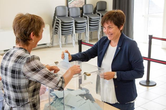 La ministre des Outre-mer Annick Girardin  vote le 17 juin 2017 à  Saint-Pierre et Miquelon