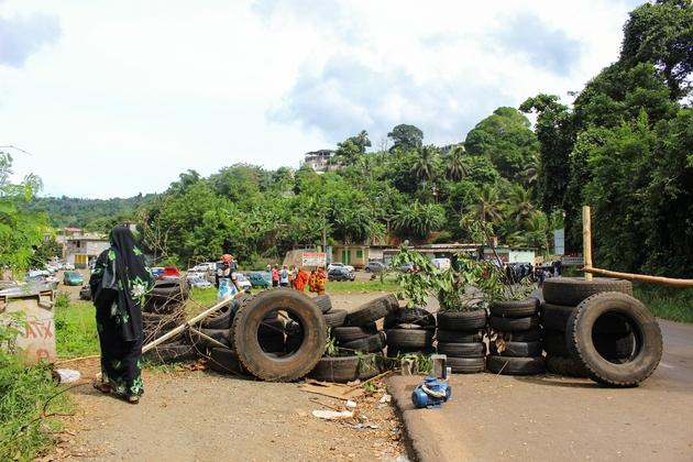 Barrage fait de pneus dans le hammeau de Tsararano près de la commune de Dembeni sur Grande-Terre, à Mayotte, le 5 avril 2018
