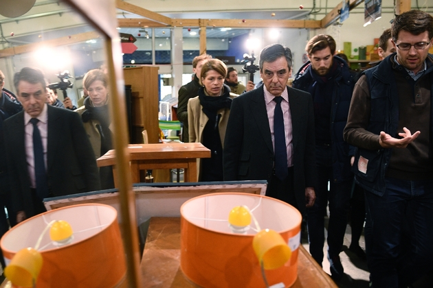 François Fillon lors d'une visite dans un centre Emmaüs du 19e arrondissement, le 3 janvier 2017 à Paris