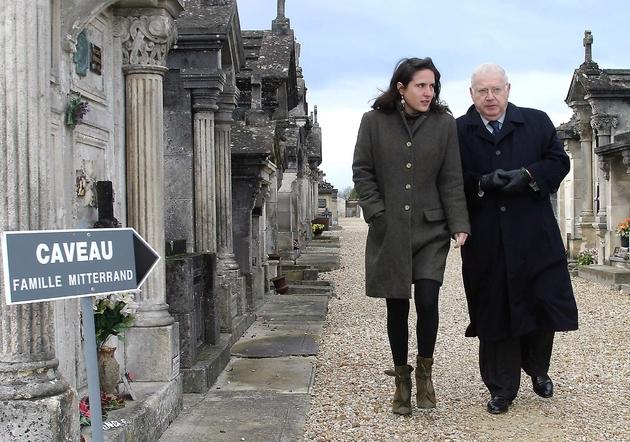Michel Charasse aux côtés de Mazarine Pingeot, fille de François Mitterrand, le 8 juin 2004 au Cimetière de Jarnac où repose l'ancien président socialiste