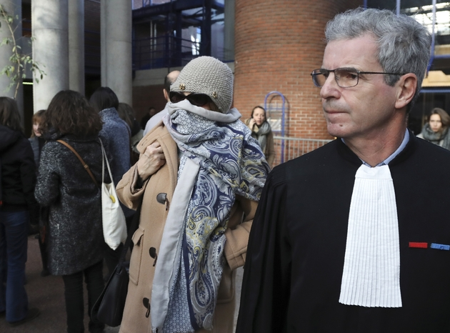 Brigitte Gruel (c), ex-adjointe à la Culture de Georges Tron, et son avocat Me Frank Natali quittent le tribunal de Bobigny, le 12 décembre 2017