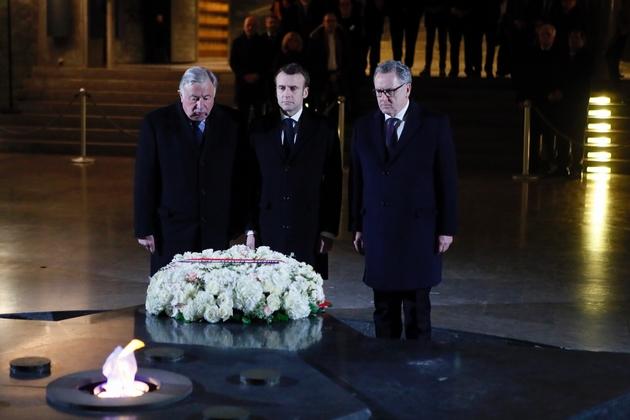 Le président Emmanuel Macron (c), le président du Sénat Gérard Larcher (g) et le président de l'Assemblée nationale Richard Ferrand (d) au mémorial de la Shoah, le 19 février 2019 à Paris