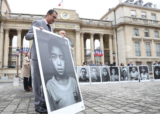 Des parlementaires rassemblés devant l'Assemblée nationale afin d'exhorter la France à s'engager contre les bombardements militaires en zones civiles, à Paris, le 7 novembre 2018