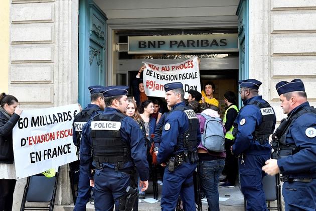 Action à l'appel de plusieurs associations contre l'évasion fiscale le 24 novembre 2016 dans une agence de BNP Paribas à Bordeaux