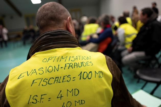"""Une centaine de """"gilets jaunes"""" ont participé à la rencontre avec le député LREM Jean-Luc Fugit à Ternay (Rhône) le 22 janvier 2019"""
