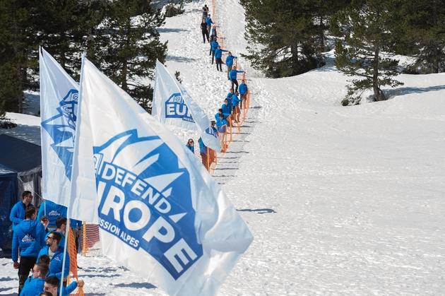 Des militants du mouvement radical Génération Identitaire (GI) et du mouvement antimigrants Defend Europe érigent une barrière au Col de l'Echelle, au-dessus de Briançon, pour empêcher l'entrée de migrants en France le 21 avril 2018