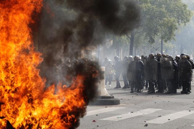 Heurts entre manifestants et forces de l'ordre pendant les défilés du 1er mai 21019 à Paris