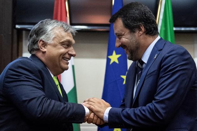 Le ministre italien de l'Intérieur Matteo Salvini (D) serre la main du Premier ministre hongrois à Milan le 28 août 2018