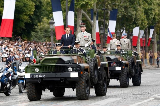 """Le président Macron descend les Champs-Elysées dans un """"command car"""", lors du défilé du 14 juillet 2019 à Paris"""