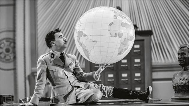 Le Dictateur tenant un globe terrestre